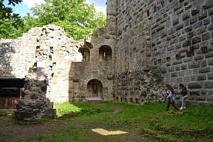 Die Burgruine mit ihrem beeindruckenden Innenhof