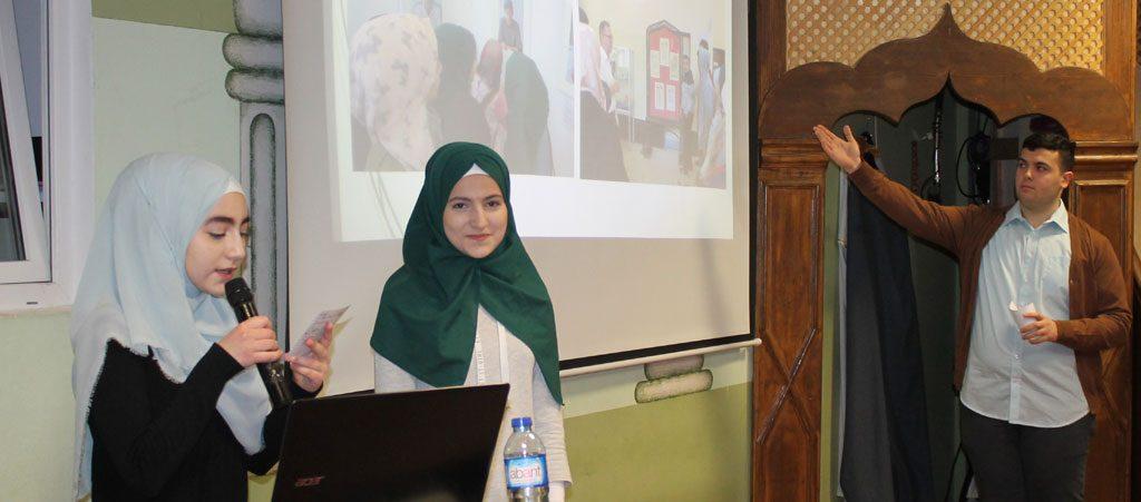 Präsentation des Erlebten bei der Abschlussfeier in der Moschee